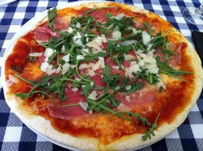 Pizza Serrana (tomate, mozzarella, jamón serrano, rúcula y parmesano)