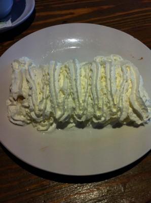 Mulita (tortilla de maíz rellena de chocolate caliente y cubierto de nata)