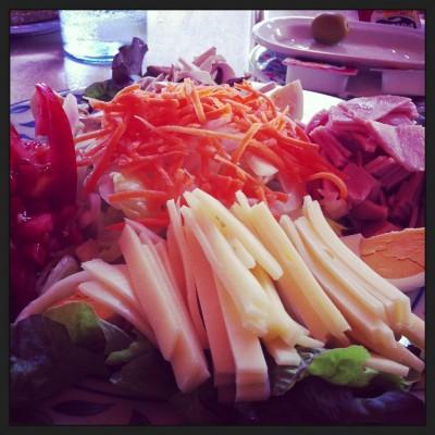 Ensalada Silvina (tomate, queso, jamón york, huevo duro, champiñon natural y cebolla)