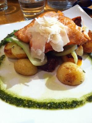 Salmón con parmesano, patatas y verduras