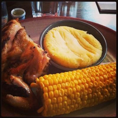 1/4 de pollo con mazorca y puré de patata.