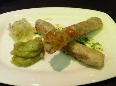 """Rollitos de pasta de arroz rellenos de """"cochinita pibil"""" sin gluten"""