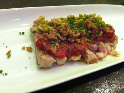 Ventresca de atún con tomate de ramallet asado, aceitunas y migas crujientes de pan con gluten
