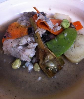 Merluza con verduras y sofrito de sepia