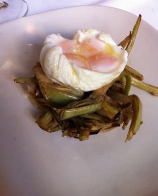 Alcachofas salteadas con huevos de codorniz (plato que me han ofrecido como alternativa a la coca)