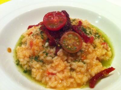 Risotto de tomates (tomate seco, tomate cherry y tomate de ramallet) y albahaca.
