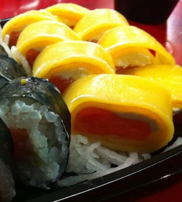 Trendy Roll Yellow (salmón, Philadelphia, cebolleta y tamago)