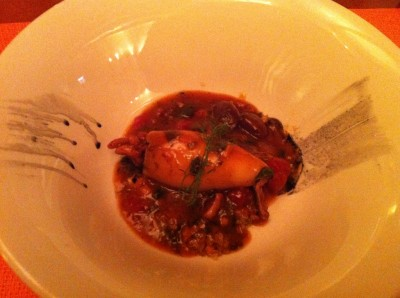 Calamar relleno con sus patitas y acompañado de quinoa y sobrasada tierna