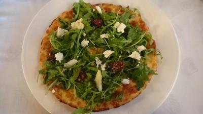 Pizza con rúcula, tomates secos y queso de cabra